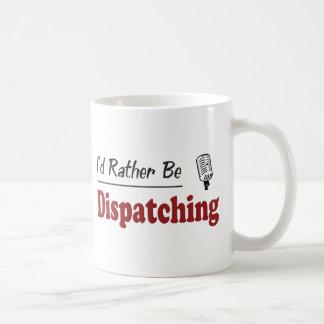 A preferencialmente esteja despachando caneca de café
