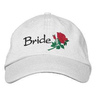 A rosa vermelha da noiva bordou o boné do