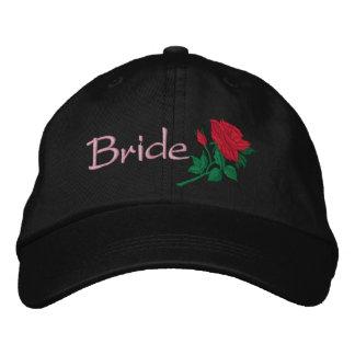 A rosa vermelha para a noiva bordou o boné do