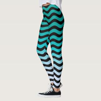 A turquesa ondulada listra a decoração sobre legging