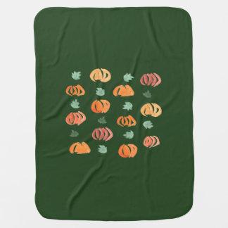Abóboras com a cobertura do bebê das folhas manta para bebe
