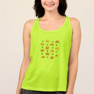 Abóboras com o t-shirt do desempenho das mulheres