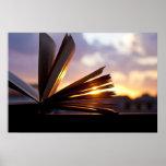 Abra a fotografia do livro e do por do sol posteres
