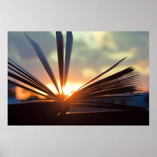 Abra a fotografia do livro e do por do sol poster