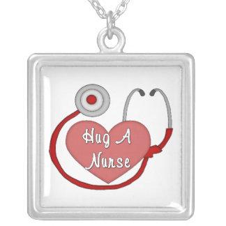 Abrace uma enfermeira colar com pendente quadrado
