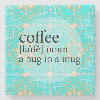 Abraço marroquino azul do café do azulejo em uma porta copos de pedras
