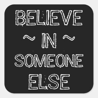 Acredite em alguém adesivo quadrado