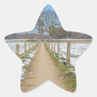 Adesito Estrela Sandpath entre prados nevado no inverno holandês