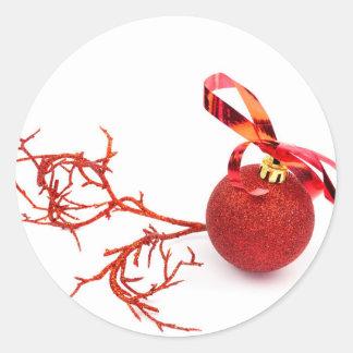Adesivo Bola vermelha do Natal com o galho no fundo branco