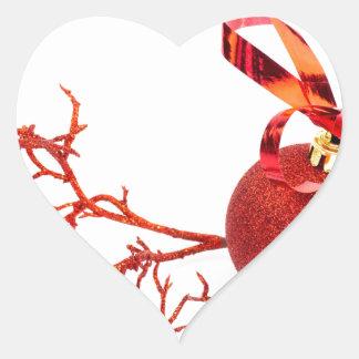 Adesivo Coração Bola vermelha do Natal com o galho no fundo branco