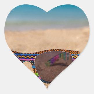Adesivo Coração Óculos de sol coloridos que encontram-se em