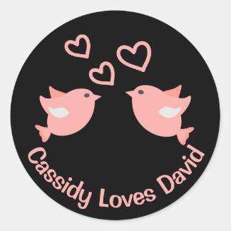 Adesivo Lovebirds cor-de-rosa e pretos com corações que