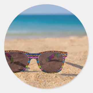 Adesivo Óculos de sol coloridos que encontram-se em