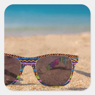 Adesivo Quadrado Óculos de sol coloridos que encontram-se em