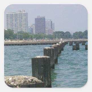 Adesivo Quadrado Uma cidade ventosa através do lago