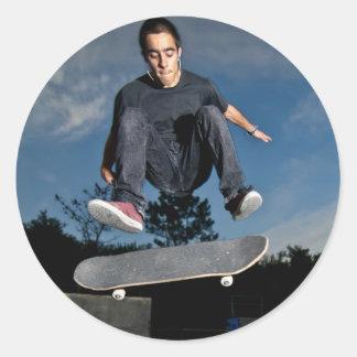 Adesivo Skater em um truque do sacudir