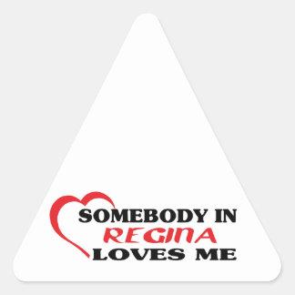 Adesivo Triangular Alguém em Regina ama-me