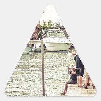 Adesivo Triangular Pessoas no cais 1