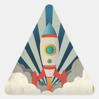 Adesivo Triangular Rocket colorido com raios azuis e fumo branco