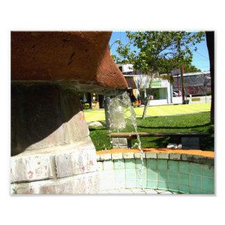 Água de queda de uma fonte impressão fotográfica