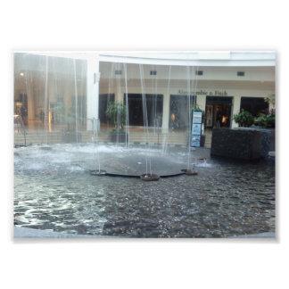 Água-Fonte impressionante na alameda Impressão De Foto
