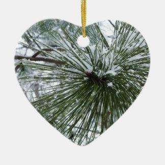 Agulhas nevado do pinho verdes e foto branca do ornamento de cerâmica coração