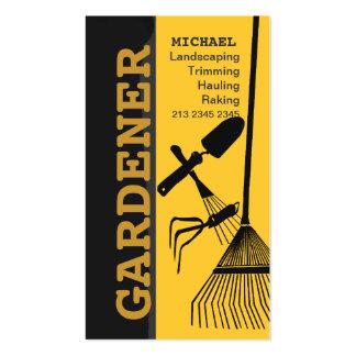 Ajardinando o cuidado de jardinagem do gramado do cartão de visita