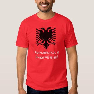 Albanês preto Eagle no fundo vermelho T-shirts