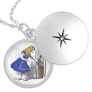 Alice no país das maravilhas - a porta pequena colar medalhão