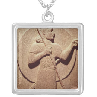 Alivio que descreve um guerreiro do Hittite Colar Personalizado