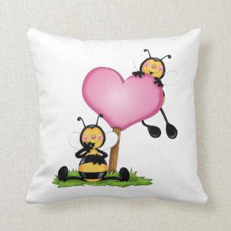 """Almofada """"Casal de abelhinhas"""""""