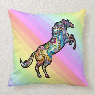 Almofada Cavalo do arco-íris no fundo colorido do arco-íris