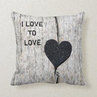 Almofada Coração preto do brilho na madeira rústica