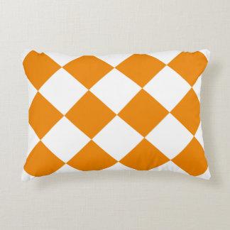 Almofada Decorativa Grande Checkered de Diag - branco e tangerina