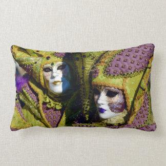 Almofada Lombar Casal mascarado com os trajes coloridos do
