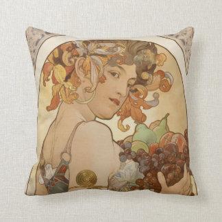 Almofada mulher com grinalda floral e frutas