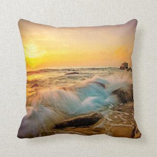 Almofada Seascape do por do sol das ONDAS & das ROCHAS