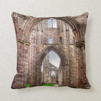 Almofada Vista interior da abadia antiga Wales de Tintern,