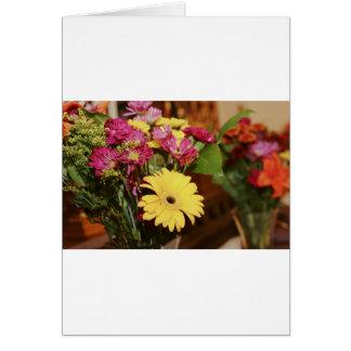 Amarelo e roxo e laranja floresce o buquê cartão comemorativo