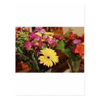Amarelo e roxo e laranja floresce o buquê cartão postal