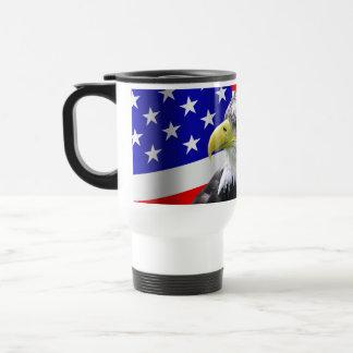 Americano Eagle e caneca patriótica da bandeira
