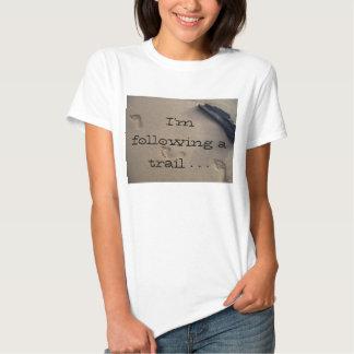 Amor da fuga das pegadas da areia da praia o camisetas