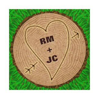 Anéis de árvore de madeira cinzelados coração das