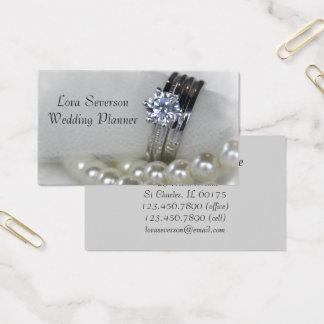 Aneis de diamante e pérolas brancas que Wedding o Cartão De Visitas
