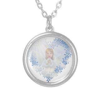 Anjo-da-guarda em um coração colar com pendente redondo