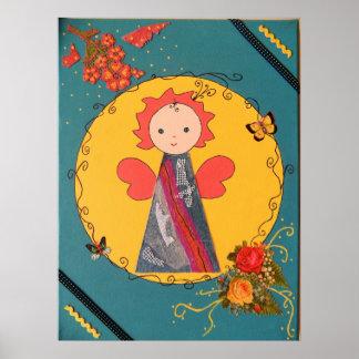 anjo pequeno engraçado em amarelo e no azul posteres
