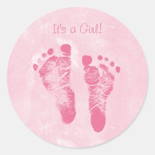 Anúncio bonito do nascimento das pegadas do bebé adesivo em formato redondo
