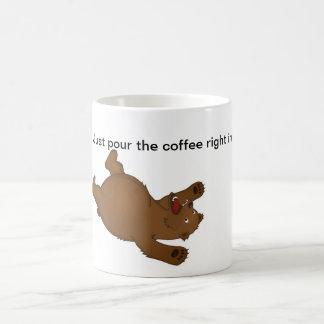 Apenas derrame o direito do café dentro canecas