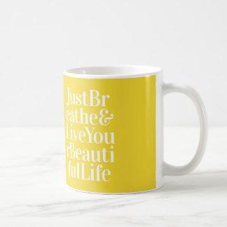 Apenas respire o amarelo brilhante das citações caneca
