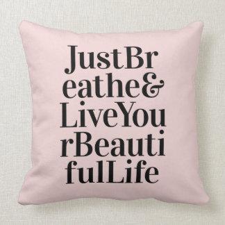 Apenas respire o rosa inspirado das citações da travesseiro de decoração